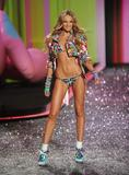 th_93607_Candice_Swanepoel_Victorias_Secret_Fashion_Show_in_NY_Catwalk_November_19_2009_05_122_140lo.jpg