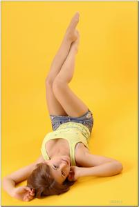 http://img250.imagevenue.com/loc364/th_727921573_tduid300163_sandrinya_model_denimmini_teenmodeling_tv_117_122_364lo.jpg